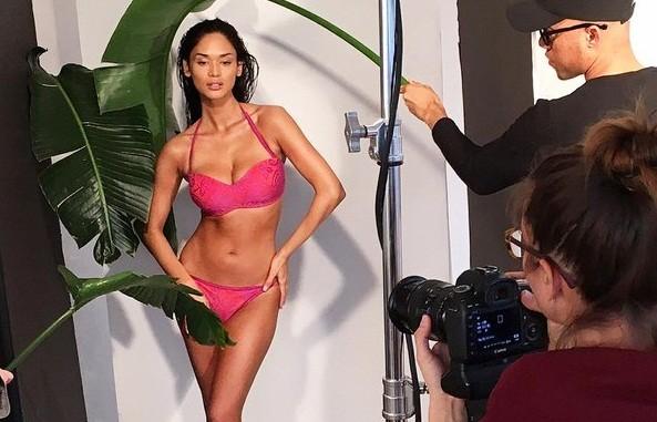 Video: 'Nóng rực' hậu trường Hoa hậu hoàn vũ chụp ảnh bikini
