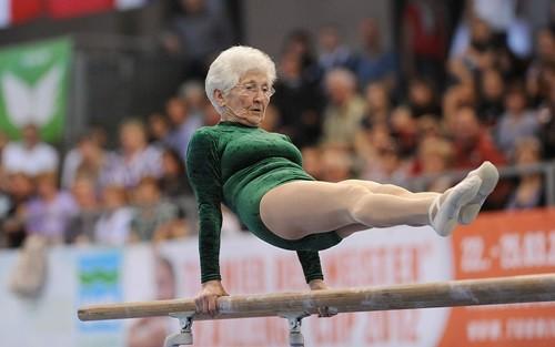 Video: Choáng vì cụ bà 90 tuổi đu xà kép như... gái 16
