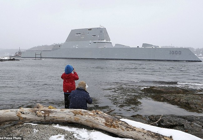 Cận cảnh khu trục hạm đắt nhất hành tinh lần thứ 2 ra khơi