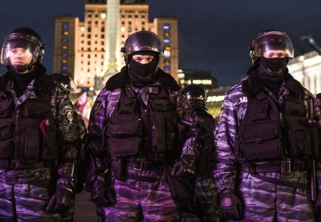 Video: Treo chai dầu thơm màu cờ Nga, cảnh sát Kiev bị đuổi việc