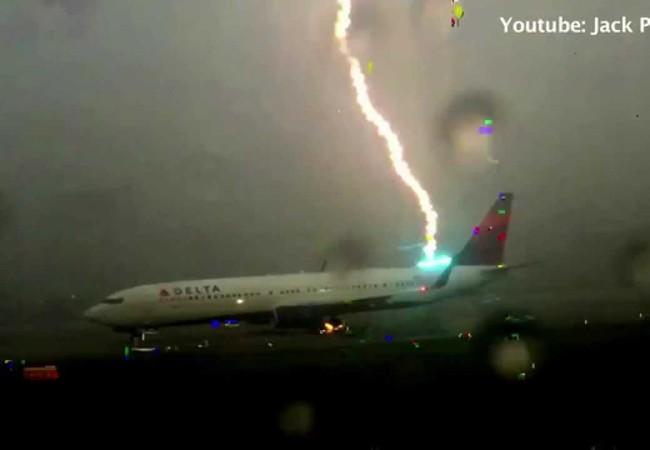 Dựng tóc gáy xem sét đánh máy bay chở khách