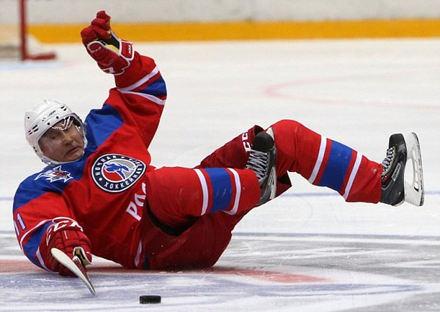 Tổng thống Putin có dịp trổ tài chơi khúc côn cầu trên băng ở thành phố Sochi.