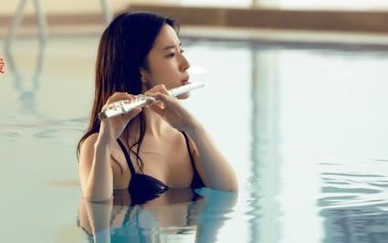Lưu Diệc Phi diện bikini thổi sáo giữa hồ bơi