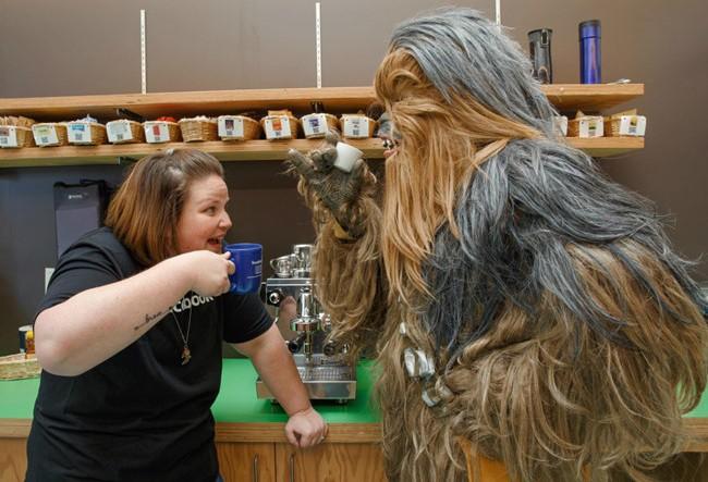 Candace Payne cùng thưởng thức cà phê với Chewbacca lông lá (Ảnh: trang cá nhân của Mark Zuckerberg)
