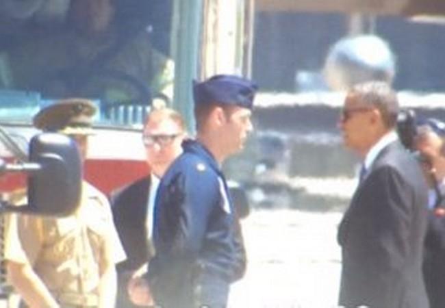 Ông Obama gặp gỡ thăm hỏi phi công sau khi anh thoát khỏi máy bay rơi - Ảnh: Twitter/ABC