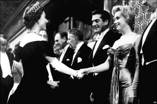 """Video: """"Quả bom sex"""" Marilyn Monroe mặc gì khi diện kiến nữ hoàng Anh?"""