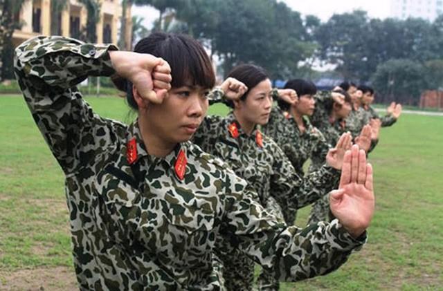 Các nữ quân nhân luyện tập các động tác võ chiến đấu.