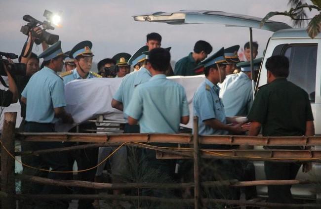 5g sáng 18-6, thi thể phi công Trần Quang Khải được đưa vào bờ.