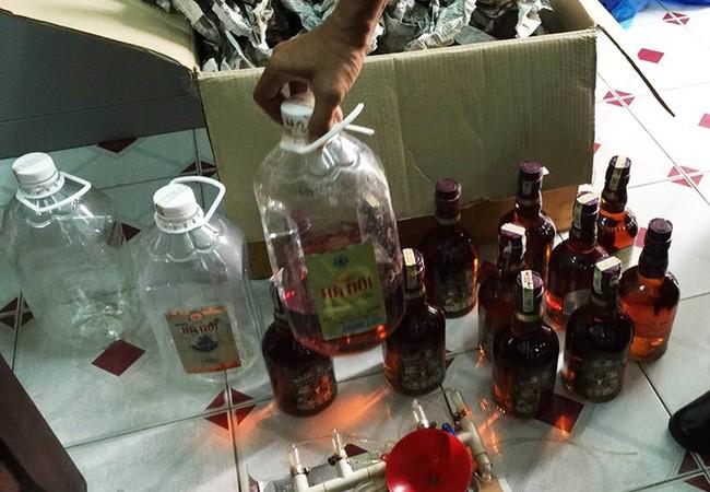 Nguyên liệu và rượu giả thành phẩm bị công an phát hiện, thu giữ.