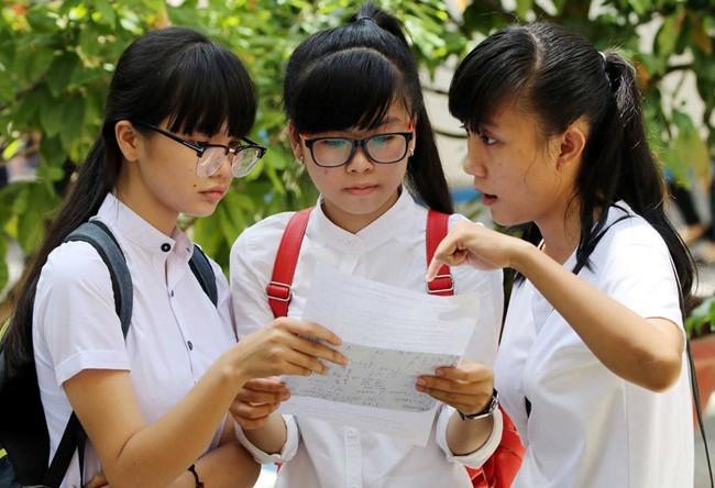 Thí sinh rời khỏi phòng thi tại điểm thi THPT Lê Qúy Đôn (quận 3). Ảnh: Mạnh Tùng