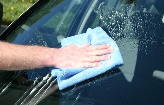 Kính chắn gió không sạch còn hạn chế tầm nhìn, tăng nguy cơ xảy ra tai nạn khi xe lưu thông trên đường.
