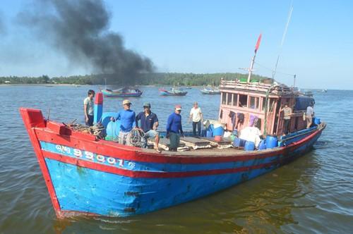 Tàu cá QNg 95001 TS đưa 5 ngư dân bị nạn cập cảng cá Tịnh Kỳ