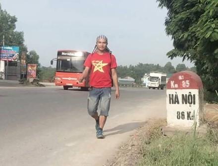 67 ngày đi và chạy bộ, vượt qua 2.400km, đặt chân đến 32 tỉnh thành, Trần Hữu Dương đã hoàn thành hành trình của mình trong nụ cười, giọt nước mắt hạnh phúc của những người dõi theo bước chân anh.