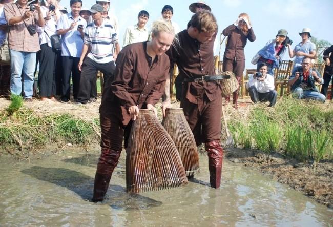 Khách Tây thích thú làm nông dân Việt