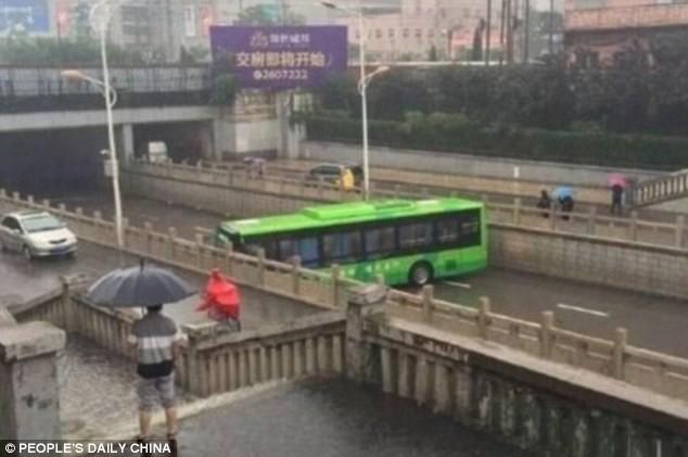 Dù con đường khá hẹp nhưng tài xế xe bus vẫn quay đầu thành công.