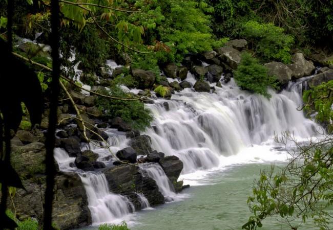 Kiều diễm những thác nước trắng xóa giữa núi rừng đại ngàn.