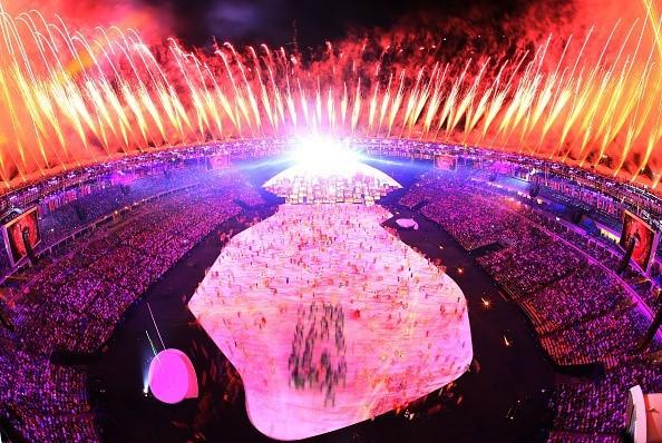 Sân vận động Maracana được phủ bởi những mà sắc huyền ảo của pháo hoa và ánh sáng.