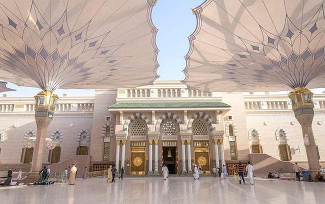 Thánh đường Al-Masjid an-Nabawi với các cột lớn tuyệt đẹp ở Medina, Ả Rập Saudi.