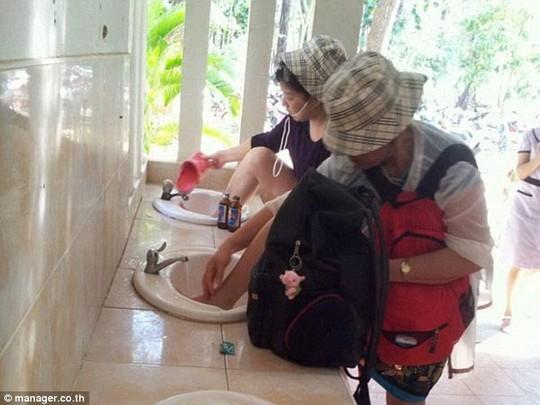 Du khách Trung Quốc rửa chân trong bồn rửa mặt