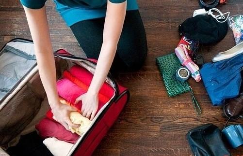 Theo thói quen xếp đồ truyền thống, chúng ta thường gấp quần áo và để chồng lên nhau khiến vali mất nhiều diện tích. Hãy làm quen với cách xếp đồ mới là cuộn tròn chúng lại, sau đó đặt kề nhau cho đến khi lấp đầy vali.