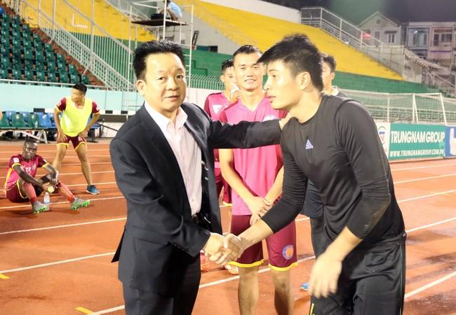 Ông bầu Đỗ Quang Hiển (trái) động viên cầu thủ Sài Gòn sau trận thua Hà Nội T&T 0-3 ở vòng 23 V-League 2016 hôm 27-8 trên sân Thống Nhất. Ảnh: N.K