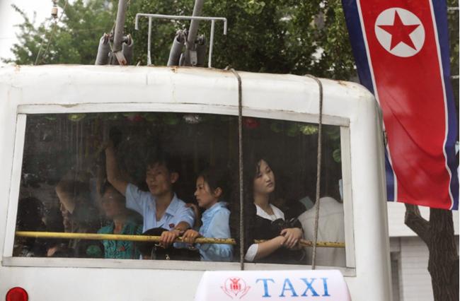 Cảnh chen chúc trên xe buýt Triều Tiên