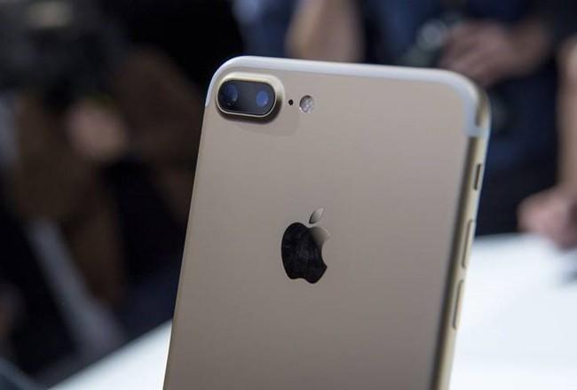 iPhone 7 là lý do để dòng người cũng xếp hàng dài trước các của hàng Apple ở Singapore và Trung Quốc.
