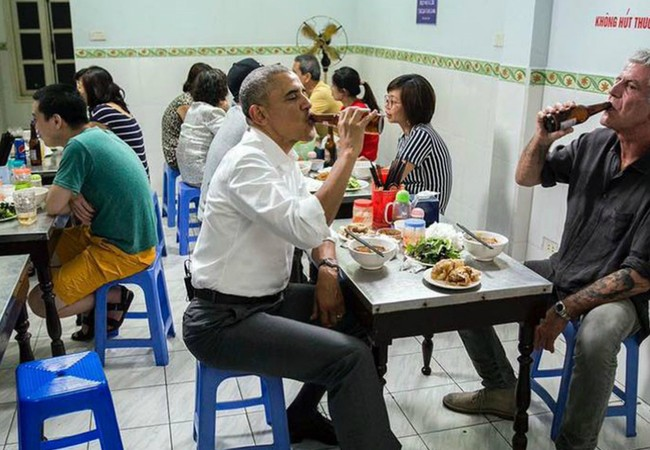 """""""Món này thật tuyệt vời! Xuất sắc! Quá ngon!"""", ông Obama đã thốt lên sau khi ăn miếng bún đầu tiên."""
