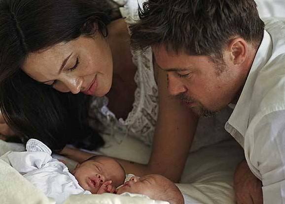 Cả hai sung sướng bên cạnh hai nhóc tỳ sinh đôi Knox và Vivienne.