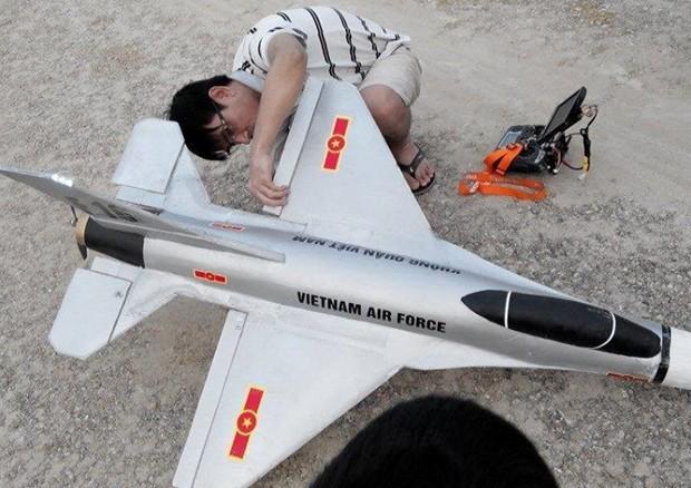 Chiếc F16 được gắn camera để quay hình ảnh đưa về nơi điều khiển (ảnh minh hoạ)