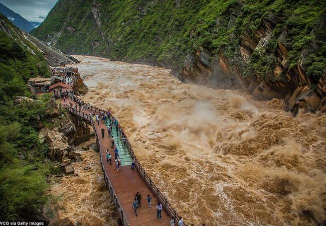 Lũ về trên sông Kim Sa, Tây Tạng.