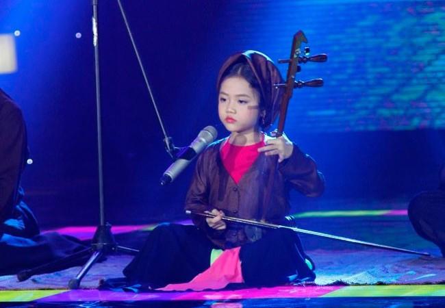 'Ca nương 6 tuổi' Đặng Tú Thanh đã có nhiều màn biểu diễn hát như lên đồng.
