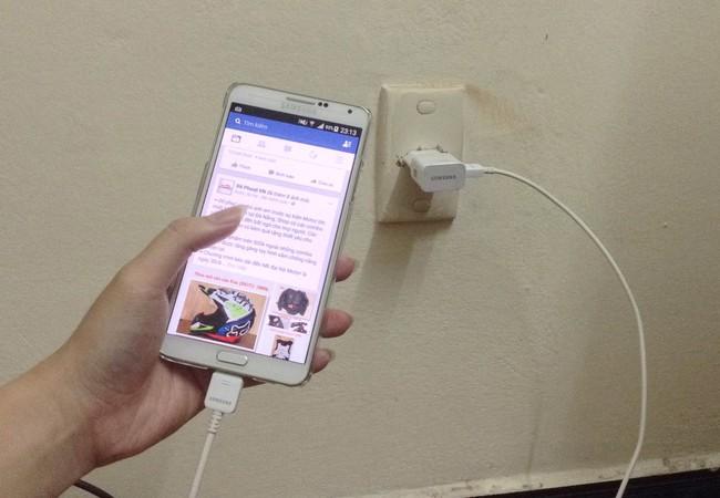 Dùng điện thoại khi đang sạc là nguyên nhân chính dẫn đến cháy nổ