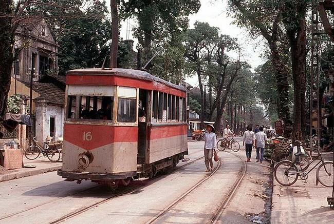Trong ảnh của Hans Overlemans cách đây vài chục năm, Hà Nội vẫn còn hình ảnh với tàu điện chạy dưới bóng cây xanh.
