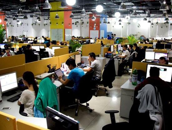 Tổng doanh thu năm 2015 của các doanh nghiệp CNTT trong Top 50 DN CNTT hàng đầu Việt Nam đã đạt gần 28.000 tỷ đồng, chiếm 35,3% doanh thu toàn ngành phần mềm và nội dung số trong nước.