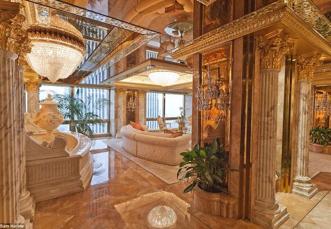 Theo Daily Mail, căn hộ xa xỉ mà ông Donald Trump cùng gia đình sống nằm tại tầng 66 trong Trump Tower, có thể ngắm Công viên Trung tâm.