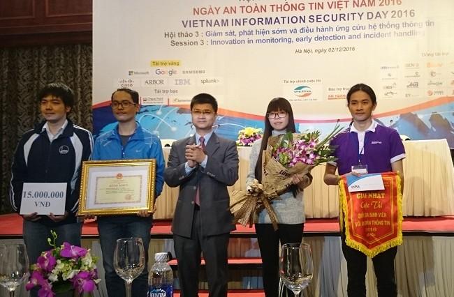 Ông Tô Hồng Nam, đại diện Bộ GD&ĐT trao giải Nhất cho đội N/A của Đại học Công nghệ - Đại học Quốc gia Hà Nội.