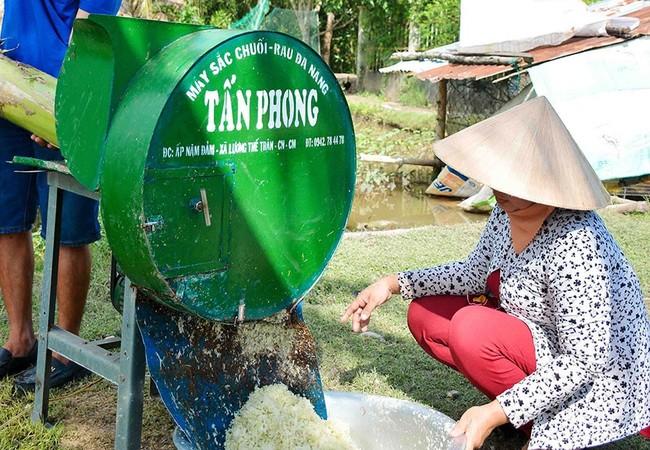 Anh Phong và vợ bên chiếc máy xắt chuối cây độc đáo.