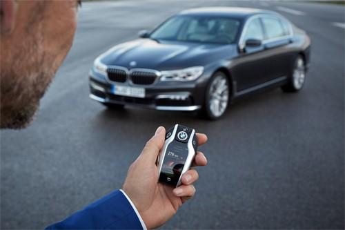 Công nghệ đỗ xe từ xa nhờ chìa khóa BMW Display Key.