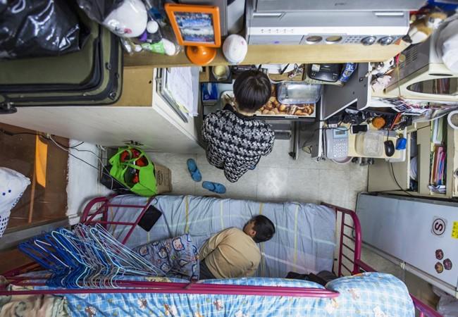 Tại Hongkong, để thuê căn hộ vỏn vẹn 5,5 m2 cho mình và con trai, bà mẹ này đã phải chi tới 487 USD/tháng.