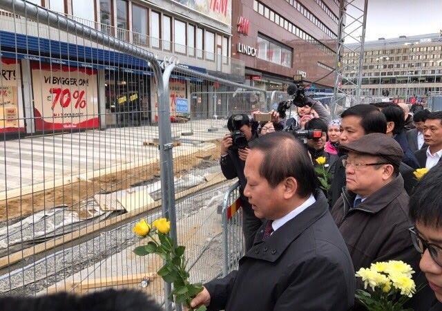 Bộ trưởng Trương Minh Tuấn đặt hoa tưởng niệm các nạn nhân tại phố Drottninggatan