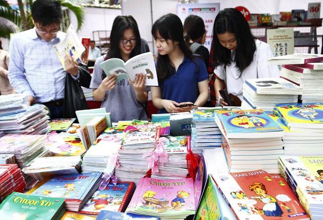 Các bạn trẻ tham quan và mua sách tại Hội sách Hà Nội 2016. Ảnh minh hoạ: Chinhphu.vn