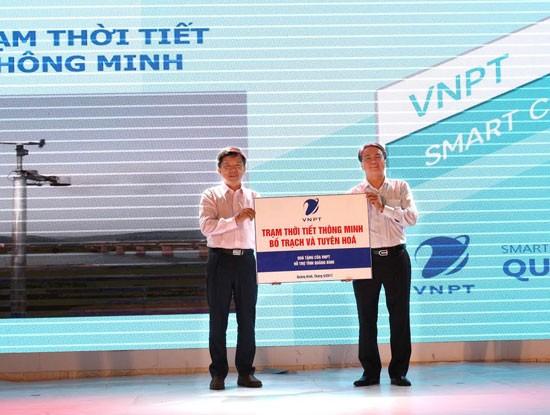 VNPT trao tặng UBND tỉnh Quảng Bình 2 trạm dự báo thời tiết thông minh cùng 2 thiết bị di động vệ tinh VinaPhone S.