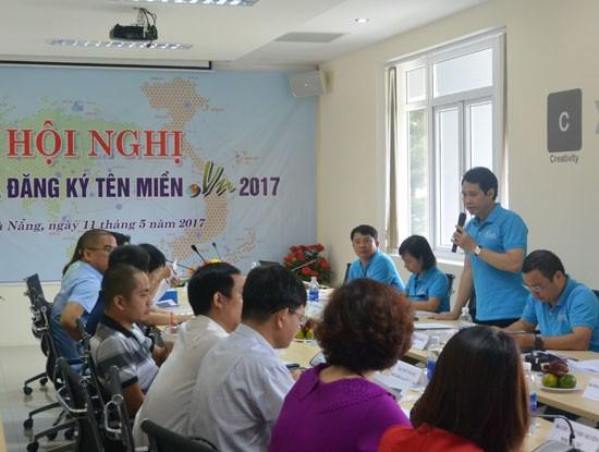 """Ông Trần Minh Tân, Giám đốc VNNIC (người đứng) trao đổi với các Nhà đăng ký tên miền  """".vn"""". Ảnh: VNNIC."""