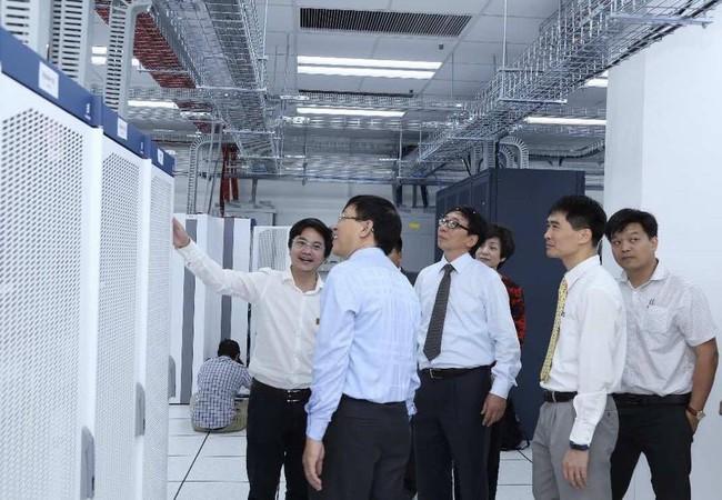 Đại diện Bộ Thông tin và Truyền thông tham quan Trung tâm Chuyển mạch và Dữ liệu Vietnamobile