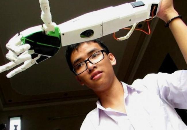 Phạm Huy với tác phẩm Cánh tay robot dành cho người khuyết tật.