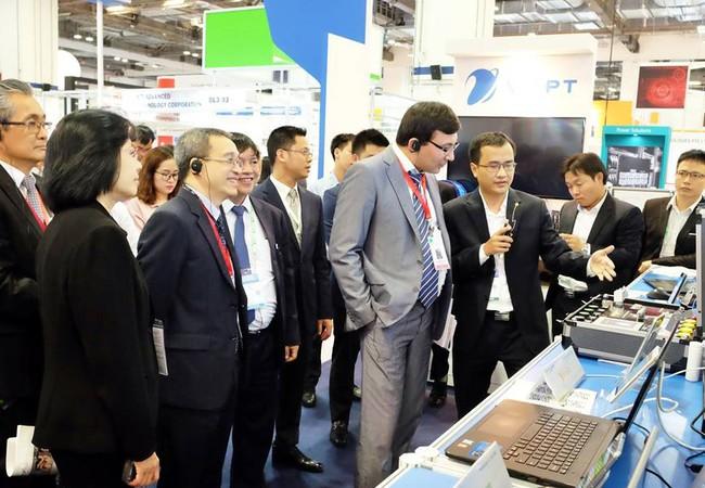 Thứ trưởng Phan Tâm thăm quan gian hàng của VNPT.