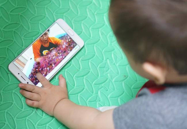 Nhiều bậc phụ huynh phàn nàn về các nội dung không phù hợp trên các kênh YouTube dành cho trẻ em. Ảnh:Thành Duy.