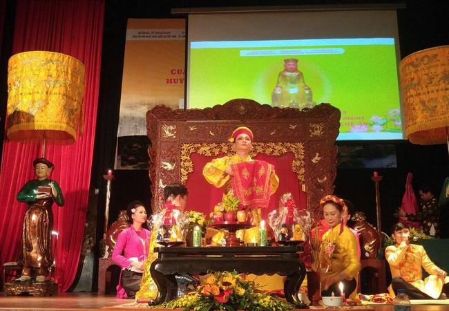 Diễn xướng hầu Thánh Hoàng Mười được tái hiện ngay trên sân khấu của Hội thảo.
