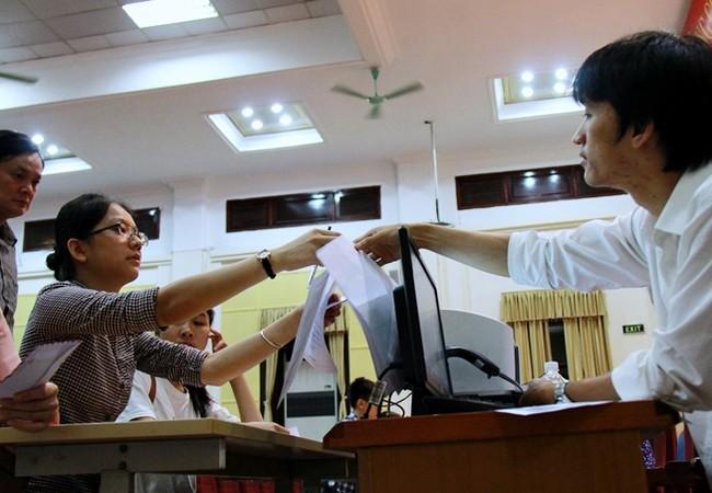 Thí sinh nộp hồ sơ trực tiếp tại Trường ĐH Kinh tế Quốc dân. (Ảnh: Lê Văn - Vietnamnet)